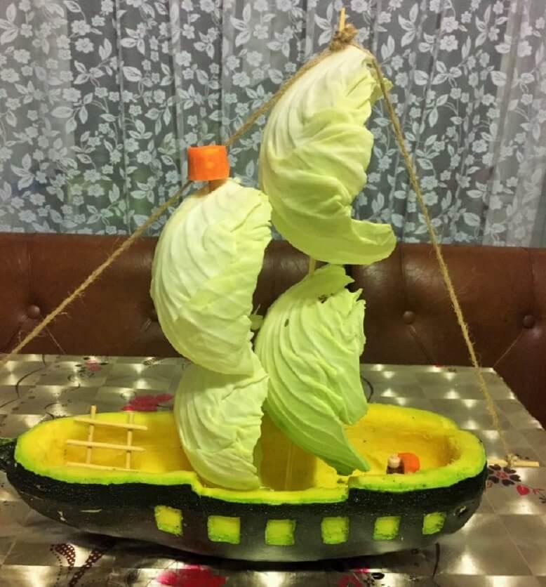 Кораблик из кабачка и капусты