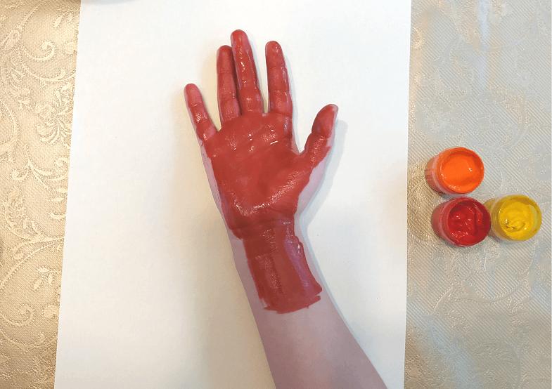рука в краске дерево
